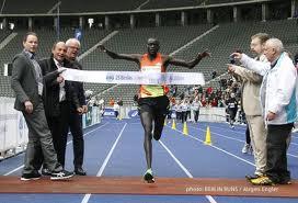 Кениец в Берлине обрел настоящее имя, стал на 10 лет старше и побил мировой рекорд!