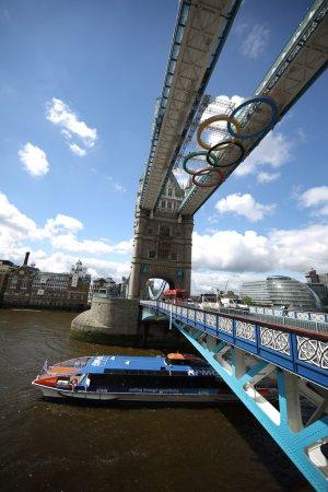 На Тауэрском мосту установлены гигантские олимпийские кольца +Фото