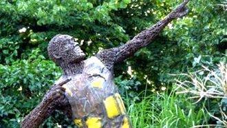 В Берлине установлена металлическая скульптура Усэйна Болта