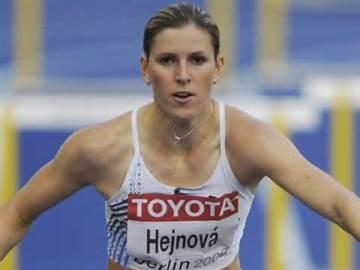 Барьеристка Зузана Хейнова проиграла спор и теперь будет бегать 800 м