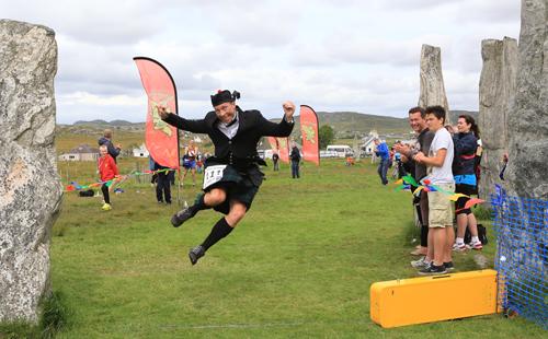 Шотландец пробежал марафон в национальном шотландском костюме