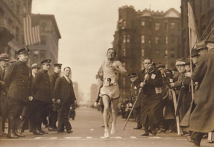 В США состоялось открытие статуи марафонца Джона Келли