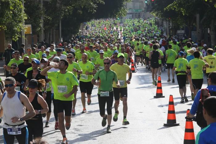 Участников марафона в Тель-Авиве попросили из-за жары перейти на шаг