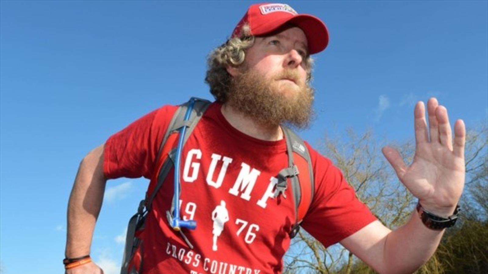 Британец пробежал 42 марафона за 42 дня, одевшись как Форрест Гамп
