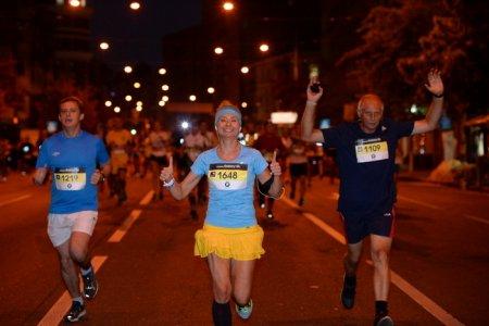 Полторы тысячи людей пробежали с фонариками по ночному Киеву