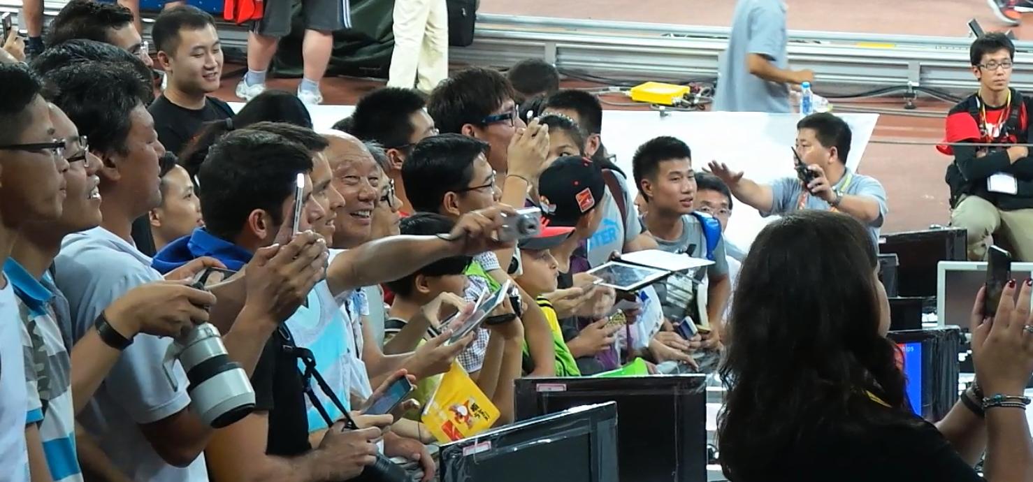 Китайские-фанаты берут в осаду знаменитого спринтера