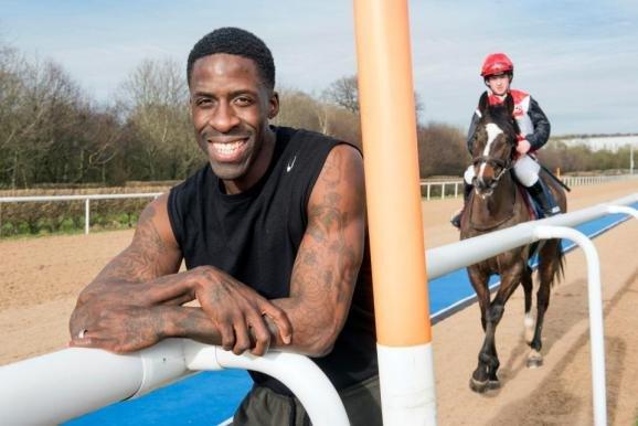 Дуэйн Чемберс принял участие в забеге с лошадью +Видео