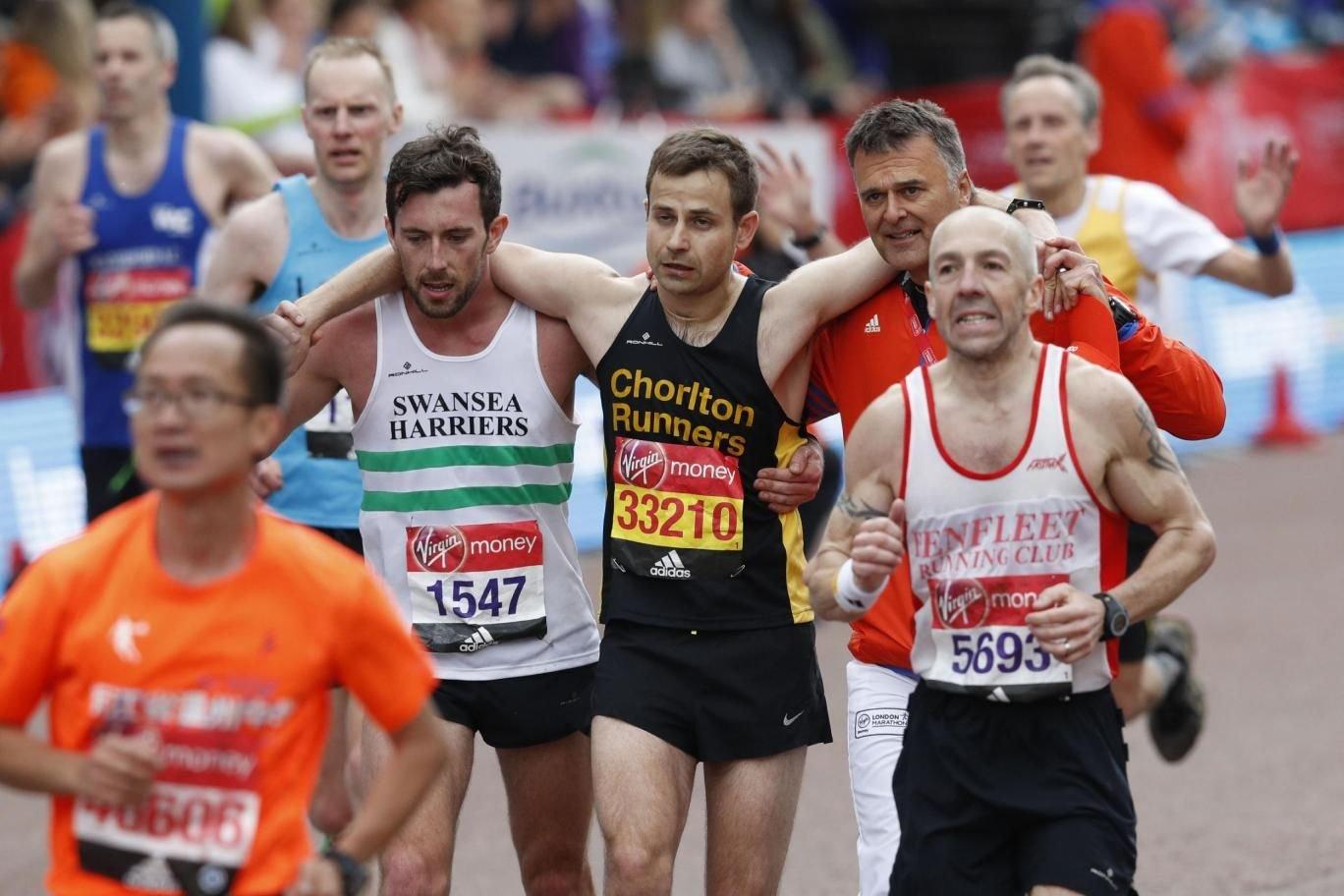 Лондонский марафон: бегун дотащил конкурента до финиша +Видео