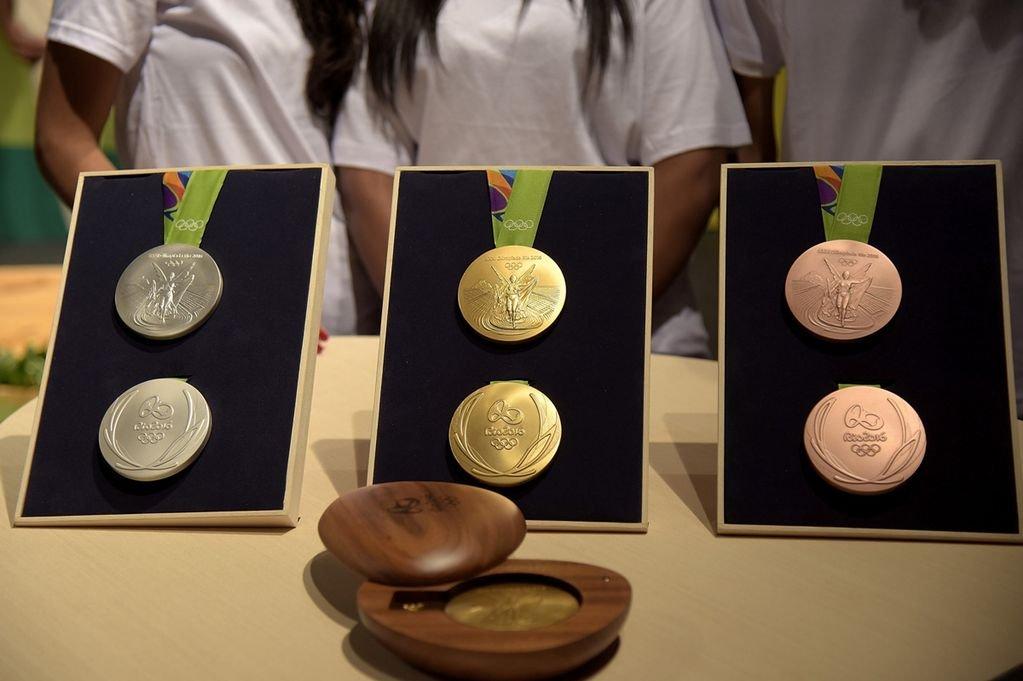 Более 100 медалей ОИ-2016 возвращены организаторам из-за ржавчины и появившихся пятен