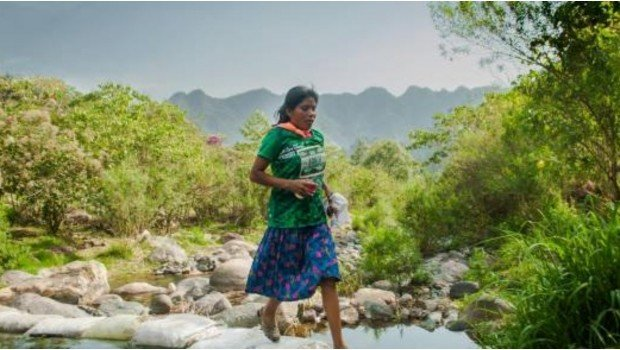 Мексиканка выиграла марафон в одних сандалиях и юбке