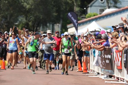 71-летняя женщина пробежала 160-километровый ультрамарафон менее чем за 30 часов